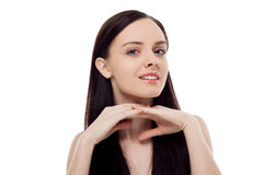 Portret pięknej brunetki dziewczyny mienia uśmiechnięte ręki na ona Zdjęcia Stock