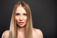 Portret pięknej kobiety wzorcowy pozuje patrzeć seksowny fotografia stock