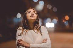 Portret pięknej młodej damy przyglądający up, miasto ulica w nocy, evening zaświeca bokeh tło outdoors zdjęcie royalty free