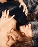 Portret pięknej seksownej brunetki kobiety kędzierzawy lying on the beach z futerkiem a obrazy royalty free