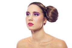Portret piękni bliźniaków potomstwa fasonuje kobiety z fryzurą i czerwieni menchie zielenieją makeup pojedynczy białe tło Obrazy Stock