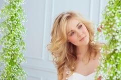 Portret piękni młodych dziewczyn spojrzenia kwiaty Fotografia Royalty Free