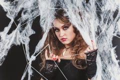 Portret piękno czarownicy Seksowna dziewczyna łapiąca w pająk sieci Mody sztuki projekt Piękna gotyka modela dziewczyna z Zdjęcie Royalty Free