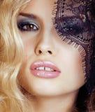 Portret piękno młoda kobieta przez koronki zakończenia w górę tajemnicy makeup seksownego, mody pojęcia ludzie Fotografia Stock