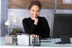 Portret piękny bizneswoman w biurze Obraz Royalty Free