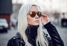 Portret piękny blondynka model w okulary przeciwsłoneczni outdside Obraz Stock