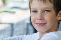 Portret piękny chłopiec model w biel ubraniach z miłym spojrzeniem, Zdjęcie Royalty Free