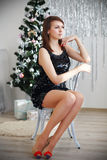 Portret piękny długonogi szczupły elegancki dziewczyny obsiadanie dalej Zdjęcie Stock