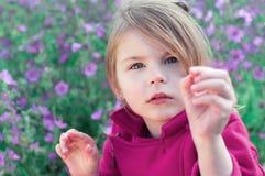 Portret piękny dziewczyny zakończenie Mała dziewczynka w środku o zdjęcia stock