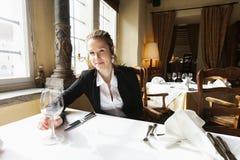 Portret piękny klient z wina szkłem przy restauracja stołem zdjęcie royalty free