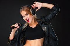 Portret piękny kobieta śpiew w mikrofon z hełmofonami obrazy stock