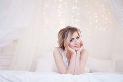 Portret piękny kobieta model z świeżym dziennikiem zdjęcie royalty free