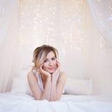 Portret piękny kobieta model z świeżym dziennym makeup i romantyczną falistą fryzurą fotografia stock