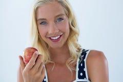 Portret piękny kobiety mienia czerwieni jabłko Zdjęcie Royalty Free