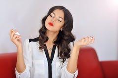 Portret piękny kobiety opryskiwania pachnidło zdjęcie stock