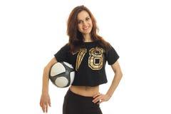 Portret piękny młoda dziewczyna sport który stoi z piłką i utrzymuje rękę na stronie zdjęcie stock