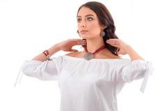 Portret piękny młoda kobieta model z srebną biżuterią Fotografia Stock