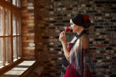 Portret piękny młoda kobieta tancerz w czerwonej sukni blisko okno obrazy stock