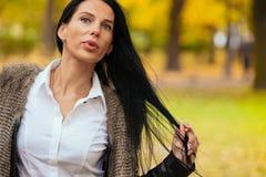 Portret piękny młodej dziewczyny odprowadzenie wzdłuż jesień parka Zdjęcia Royalty Free