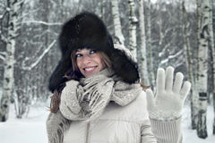 Portret piękny młodej kobiety odprowadzenie pod opadem śniegu daje pięć Zdjęcia Royalty Free
