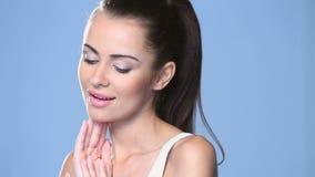 Portret piękny młodej kobiety ono uśmiecha się zbiory wideo