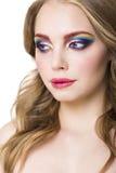 Portret piękny młody blondynu model z jaskrawym uzupełniał Zdjęcie Stock