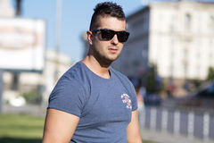 Portret piękny młody człowiek na ulicie Obraz Royalty Free