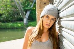 Portret piękny młody kobieta model, opiera przeciw gar Obrazy Royalty Free