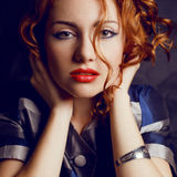 Portret piękny młody miedzianowłosy model w modnej kurtce Zdjęcia Stock