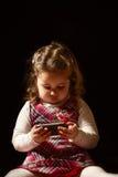 Portret piękny małej dziewczynki mienia telefon komórkowy Obraz Stock