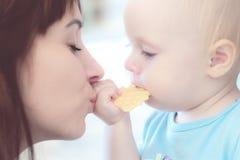 Portret piękny macierzysty całowanie jej dziecko dziewczyna zdjęcia stock