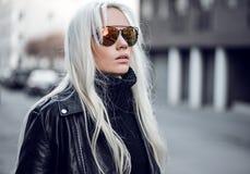 Portret piękny model w okulary przeciwsłoneczni outdside Obrazy Stock