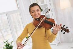 Portret piękny nastolatek ten bawić się skrzypce obrazy stock