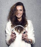 Portret piękny nowożytny długi kędzierzawy z włosami DJ obrazy royalty free
