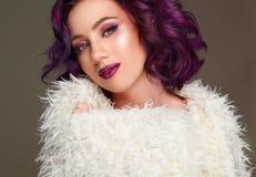 Portret piękny seksowny moda model z purpurowym włosy nad g Zdjęcia Royalty Free