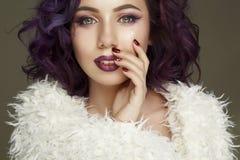Portret piękny seksowny moda model z purpurowym włosy nad g Zdjęcia Stock