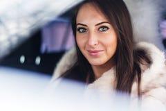 Portret piękny smilling kobieta kierowca wewnątrz Fotografia Royalty Free