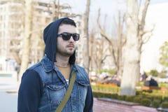Portret piękny smutny młody człowiek na ulicie Fotografia Stock