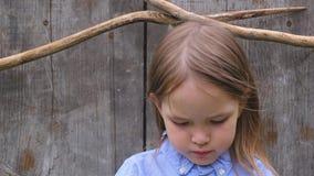 Portret piękny smutny małej dziewczynki pozować zbiory wideo