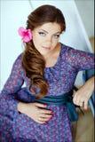 Portret piękny splendoru kobieta w ciąży z modny długie włosy obrazy royalty free