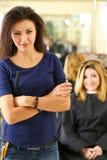 Portret piękny uśmiechnięty brunetka fryzjer fotografia stock