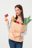 Portret piękny uśmiechnięty kobiety mienie robi zakupy papierową torbę z organicznie świeżą żywnością odizolowywającą na białym t Fotografia Stock
