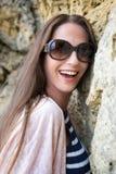Portret piękny wzorcowy opierać przeciw skał ono uśmiecha się Obraz Royalty Free