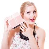 Portret pięknych blond młodych kobiet niebieskich oczu seksowna kobieta ma zabawę słucha prezenta lub teraźniejszość menchii pude Obraz Royalty Free