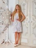 Portret piękna blond dziewczyna w polek kropkach ubiera Obrazy Stock