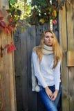 Portret piękna blond kobieta stoi blisko drewnianego faence w jesieni Zdjęcie Stock