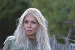 Portret piękna blond nastoletnia dziewczyna plenerowa w naturze Zdjęcia Stock