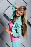 Portret piękna blondynki dziewczyna na Pracownianym tle Zdjęcia Stock