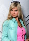 Portret piękna blondynki dziewczyna na Pracownianym tle Obraz Stock