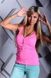 Portret piękna blondynki dziewczyna na Pracownianym tle Zdjęcia Royalty Free